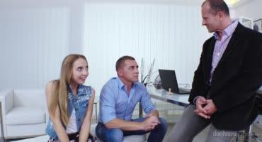 Юная худышка прошла собеседование, отдавшись двум мужикам