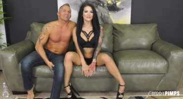 Горячая брюнетка Катрина Джейд занимается жарким сексом на диване