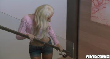 Юная блондинка жарится с партнером отца по бизнесу