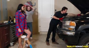 Молодой парень пришел помочь другу с машиной и засадил его сочной супруге