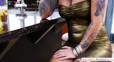 Татуированная шлюшка трахается с постоянным клиентом за бабки