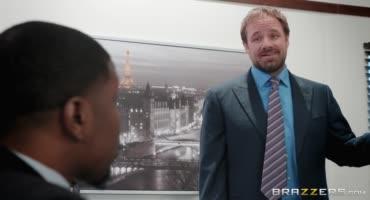 Зрелка в офисе натирает черный член своего начальника