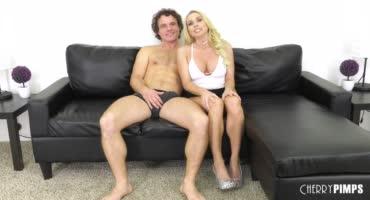 Сочная милфа притащила своего сосунка на порно кастинг
