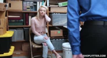 Молодая блондинка пожалела из-за того, что хотела украсть в магазине