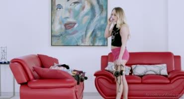 Юные грешницы предаются лесбийским утехам на диване