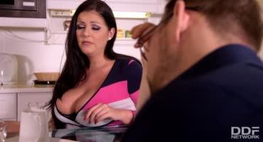 Зрелая сучка с большими дойками любит анальный секс
