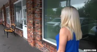Парень трахает продажную блондинку с улицы
