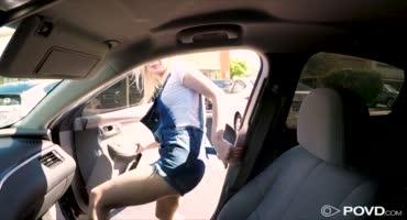 Милая блондинка сосет член парню в машине