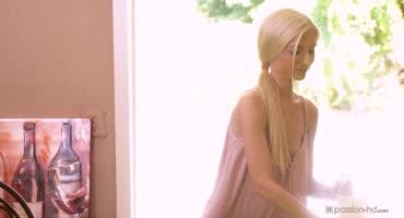 Маленькая блондинка отлично смотрится на большом стволе