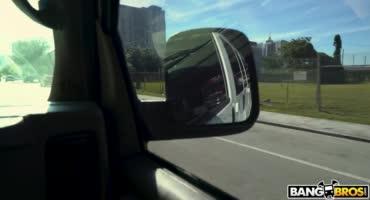 Снятую шлюху жестко трахнул парень в машине