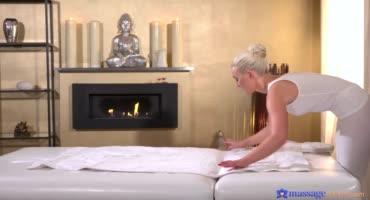 Крепко забивает стояк в тугую киску сексуальной массажистки