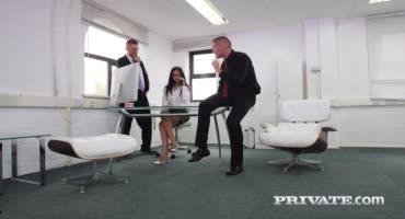 Безотказную секретаршу парни натянули вдвоем в офисе