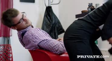 Сучка работает в парикмахерской беря себе в ротик пенис паренька