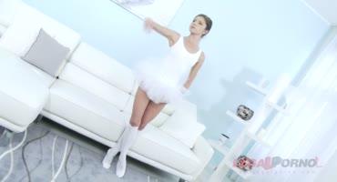Малышка балерина ласкает себя дилдо и после ее трахают пять мужиков