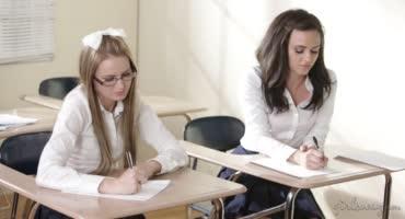 Похотливые студентки развели училку на общий интим