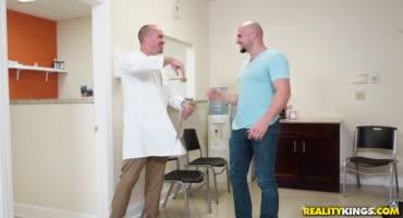 Мужчина договорился со своим другом доктором что бы вместе отыметь его бабу
