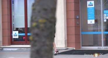 Мужик выцепил на улице Николь Блэк и позвал с собой долбиться