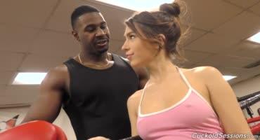 Девка понимала, что этот черный боксер может её порадовать пенисом
