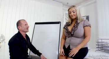 Пухлая самка вместо работы трахается с начальником в офисе