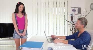 Юная особа пришла к отчиму на работу и не пожалела