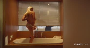 Красивая блондинка нежно ласкает языком член и становится перед парнем раком