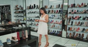 Брюнетка выбрала туфельки, а когда муж вышел и попрыгала на члене продавца