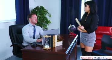 Начальник жарит на столе обиженную секретаршу