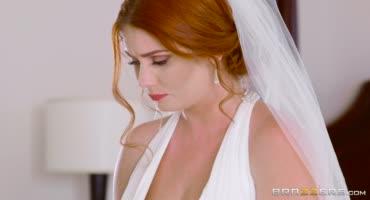 Рыженькая невеста застряла в постели со своим женихом