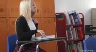 Очкастый препод сношает на столе белокурую студентку