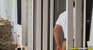Порно актриса Кимбер ебется с неопытным порно актером