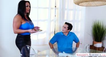 Зрелая мамка приготовила своему сынку отвратительный обед и отличный десерт