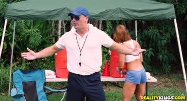 Телочка отдается тренеру на улице после тренировки