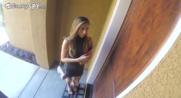 Молодая девушка установила скрытую камеру и трахается