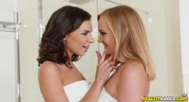 Красотки любят лесбийский секс но еще больше когда в них входят члены