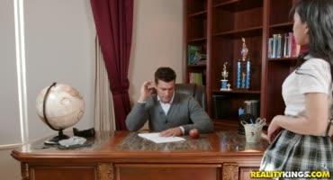 Трахнул развратную тайку в своей новом офисе