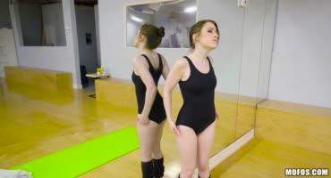 Маленькая танцовщица была трахнута тренером в попку