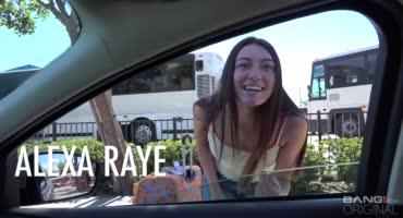 Молоденькая бейба на машине выбралась с парнем на окраину города и трахнулась
