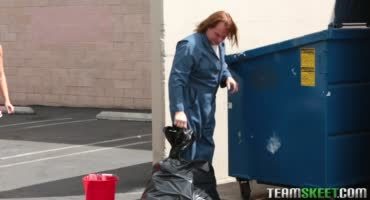 Облила уборщика помоями и за это была наказана