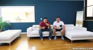 Жена трахается с другом мужа пока тот смотрит телевизор