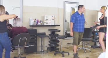 В хорошей парикмахерской не только сделают стрижку но и минет