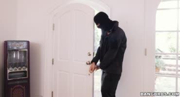 Грабитель пробрался в дом и застал молоденькую хозяйку голышом, решив поиметь