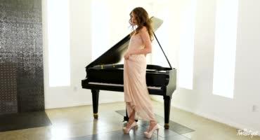 Бетховен нервно курит в сторонке, когда пианистка играет пальчиками между ног