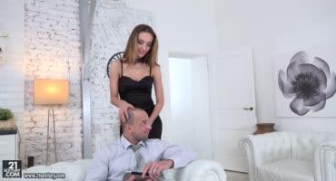 Вернулась раньше с работы порадовать мужа анальным сексом