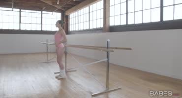 Тренировка для девушки закончилась сексом с негром