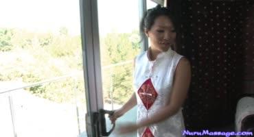 Горячая китаянка сделала приятно своему клиенту