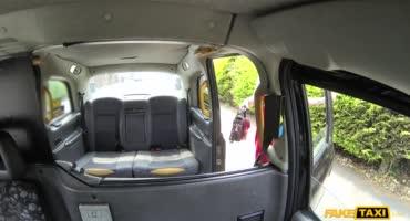 Проехавшись на такси, возбужденная дамочка встала раком перед водителем