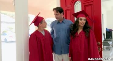 Парень поздравил горячую сестру с окончанием колледжа