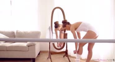 смотреть Юная гимнастка нежно сношается со своим партнером