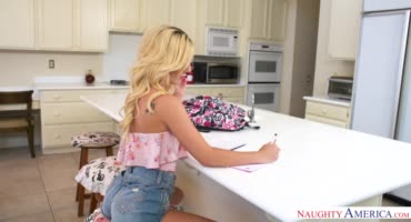 Гламурная студентка трахается на кухнк со своим репетитором
