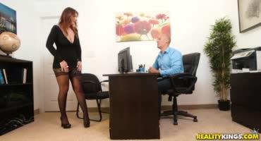 Сексапильная блондинка соблазняет лысого мужика из офиса